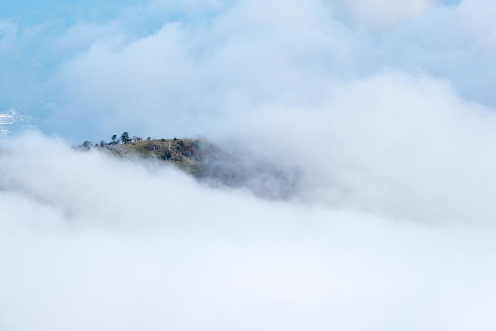 雲海から浮かび上がる