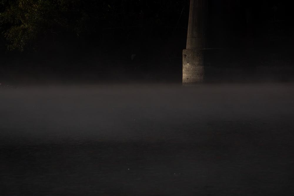 橋脚と川霧